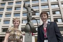 Elena Gagarina, la hija de Yuri Gagarin junto Helen Sharman en 2011 durante la inauguración del monumento de Gagarin en Londres. Foto: ITAR-TASS.
