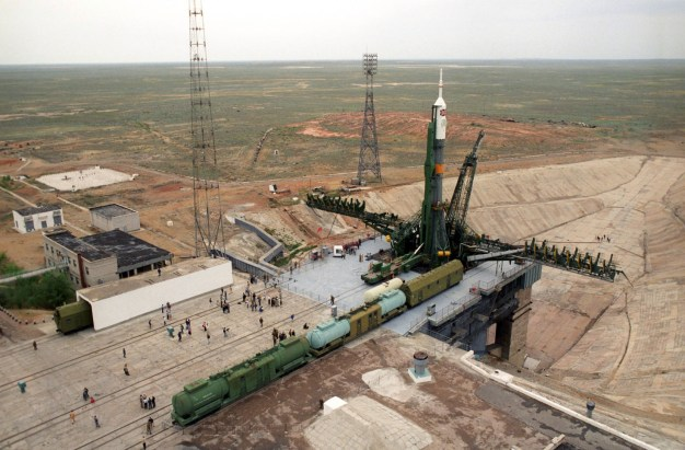 6 de Enero de 1991: El cohete portador de la Soyuz TM-12, colocado en la plataforma de lanzamiento en el Cosmódromo de Baikonur, RSS de Kazajstán, Unión Soviética. Foto: © ITAR-TASS.