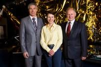 20 de Mayo de 2016: La astronauta británica Helen Sharman (cen) posa con el resto de la tripulación original de la Soyuz TM-12, Serguéi Krikaliov (izq) y Anatoli Artsebarski (der) en un evento celebrar el 25 aniversario de su misión espacial, Museo de las Ciencias, Londres, Inglaterra. Foto: Jack Taylor / Getty Images.