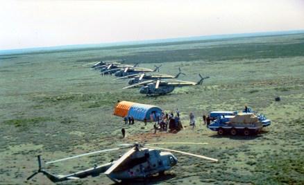 26 de Mayo de 1991: Operativo de rescate en torno al Módulo de Descenso de la Soyuz TM-12 poco después de su aterrizaje, cerca de Zhezkazgan, Kazajstán, en la Unión Soviética. Foto: © Space Facts.