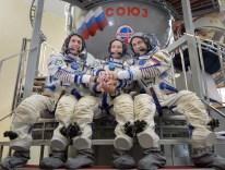 31 de Agosto de 2016: Los miembros de la Expedición 49, posan ante las cámaras, delante del simulador de la Soyuz durante sus exámenes para calificaciones finales. Crédito de la imagen: NASA / Bill Ingalls.