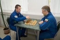 16 de Septiembre de 2016: El comandante de la Soyuz Serguéi Rizhikov y su primer ingeniero de vuelo Andréi Borisenko juegan ajedrez en el Hotel del Cosmonauta, Baikonur, Kazajstán. Crédito de la imagen: NASA / Victor Zelentsov.