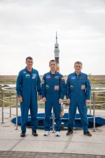16 de Septiembre de 2016: Los miembros de la Expedición 49, posan para una foto de grupo junto a un modelo a escala del cohete Soyuz durante el día de conferencias en el Hotel del Cosmonauta, Baikonur, Kazajstán. Crédito de la imagen: NASA / Victor Zelentsov.