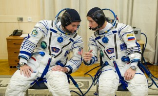 19 de Octubre de 2016: Shane Kimbrough y Serguéi Rízhikov conversan durante los últimos ajustes y verificación en la presión de sus trajes intravehiculares Sokol, poco antes de su lanzamiento a la EEI desde el Cosmódromo de Baikonur. Crédito de la imagen: NASA / CECG / Irina Peshkova.