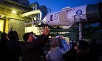 16 de Octubre de 2016: El cohete con la nave espacial Soyuz MS-02 abandona el edificio de montaje MIK 112 en tren, rumbo a la plataforma de lanzamiento en el Cosmódromo de Baikonur en Kazajstán. Crédito de la imagen: NASA / Joel Kowsky.