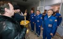 19 de Octubre de 2016: Los miembros de la Expedición 49 reciben la bendición de un sacerdote ortodoxo en el Hotel del Cosmonauta, como parte de las ceremonias tradicionales antes de salir con sus compañeros a los últimos preparativos rumbo a su vuelo a la EEI desde el Cosmódromo de Baikonur en Kazajstán. . Crédito de la imagen: NASA / Joel Kowsky.