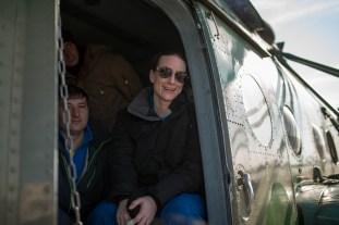 La astronauta de la NASA Kate Rubins espera por un auto, dentro del helicóptero MI-8 en el aeropuerto de Karagandá. Crédito de la imagen: NASA / Bill Ingalls.