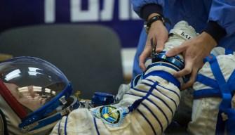 19 de Octubre de 2016: Serguéi Rízhikov durante los últimos ajustes y verificación en la presión de su traje intravehicular Sokol, poco antes de su lanzamiento a la EEI desde el Cosmódromo de Baikonur. Crédito de la imagen: NASA / CECG / Irina Peshkova.