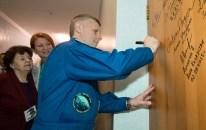 19 de Octubre de 2016: El primer ingeniero de vuelo, el cosmonauta Andréi Borisenko de ROSCOSMOS, firma la puerta de su habitación en el Hotel del Cosmonauta como parte de las tradiciones previas al lanzamiento. Crédito de la imagen: NASA / Joel Kowsky.