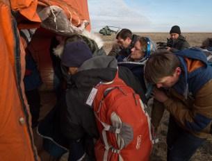 La astronauta estadounidense Kate Rubins es llevada a un puesto de revision médica, momentos después de que aterrizara junto a sus compañeros de tripulación en un área remota cerca la ciudad de Zhezkazgan. Crédito de la imagen: NASA / Bill Ingalls.