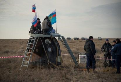 Los equipos de rescate trabajan alrededor del módulo de descenso tripulado, poco después de que aterrizara en un área remota cerca la ciudad de Zhezkazgan. Crédito de la imagen: NASA / Bill Ingalls.