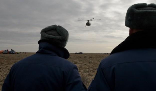 Un helicóptero de rescate MI-8 abandona la zona de aterrizaje, poco después de que este tuviera lugar en un área remota cerca la ciudad de Zhezkazgan. Crédito de la imagen: NASA / Bill Ingalls.