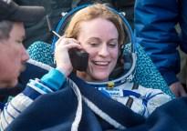 La astronauta estadounidense Kate Rubins habla con su familia mediante un teléfono satelital, momentos después de que aterrizara junto a sus compañeros de tripulación en un área remota cerca la ciudad de Zhezkazgan. Crédito de la imagen: NASA / Bill Ingalls.