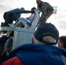 El cosmonauta de Roscosmos Anatoli Ivanishin, es ayudado para abandonar el módulo de descenso de la Soyuz, poco después de haber sido evacuada del módulo de descenso de la Soyuz. Crédito de la imagen: NASA / Bill Ingalls.