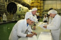 11 de Octubre de 2016: Los diseñadores realizan una inspección a la nave Soyuz MS-02 antes de que esta sea integrada al cohete Soyuz-FG. Foto: S.P. Korolev/RSC Energia.