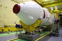 14 de Octubre de 2016: Completando la integración de la nave al vehículo de lanzamiento (VL): La etapa final con la nave Soyuz es preparada para ser integrada a la tercera etapa del cohete portador Soyuz-FG. Foto: S.P. Korolev/RSC Energia.