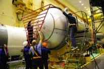 14 de Octubre de 2016: Completando la integración de la nave al vehículo de lanzamiento (VL): La tercera etapa del cohete portador Soyuz-FG se prepara para si integración con la última etapa que contiene a la nave Soyuz. Foto: S.P. Korolev/RSC Energia.
