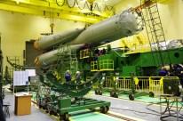 14 de Octubre de 2016: Completando la integración de la nave al vehículo de lanzamiento (VL): La primera y segunda etapa del cohete portador Soyuz-FG a la espera de las últimas dos etapas finales del cohete. Foto: S.P. Korolev/RSC Energia.