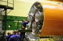 14 de Octubre de 2016: Completando la integración de la nave al vehículo de lanzamiento (VL): La tercera etapa es preparada para su integración al resto del cohete portador Soyuz-FG. Foto: S.P. Korolev/RSC Energia.