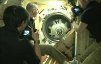 Apertura de la escotilla del módulo Poisk MRM-2. Foto: NASA TV.