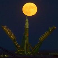 14 de Noviembre de 2016: La Superluna es vista elevándose detrás del cohete Soyuz-FG, se trata de un fenómeno que ocurre cuando la órbita de la Luna está en su punto más cercano a la Tierra (perigeo). Cosmódromo de Baikonur en Kazajstán. Crédito de la imagen: NASA / Bill Ingalls.