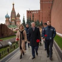 26 de Octubre de 2016: Los miembros de la Expedición 50 caminan cerca de las paredes del Kremlin en la Plaza Roja de Moscú, durante una visita para rendir homenaje y depositar flores en el lugar donde están enterrados los íconos espaciales rusos, como parte de las ceremonias previas a su lanzamiento. Crédito de la imagen: NASA / Bill Ingalls.
