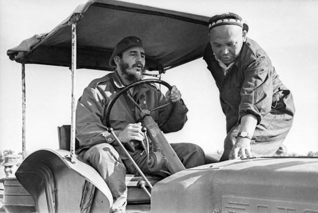 """El Primer Ministro de Cuba Fidel Castro conduce un tractor en una plantación de algodón en la Granja Colectiva """"Kzyl Uzbekistán"""", RSS de Uzbekistán, Unión Soviética. Foto: Vladímir Savostyanov / ITAR-TASS."""