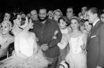 El Primer Ministro de Cuba Fidel Castro (al centro) y Maya Plisétskaya (izquierda) junto a la compañía del Teatro Bolshói. Foto: Vaslíli Yegórov / ITAR-TASS.
