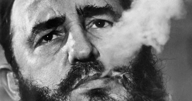 ** ARCHIVO ** Fidel Castro exhala humo de cigarro durante una entrevista en su palacio presidencial en La Habana en marzo de 1985, foto de archivo tomada por el fotógrafo de Associated Press, Charles Tasnadi. Foto: © AP Photo / Charles Tasnadi, Expediente.