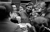 Fidel Castro se reúne con habitantes de la ciudad de Samarcanda, durante su visita a la RSS de Uzbekistán, Unión Soviética. Foto: ITAR-TASS.