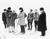Fidel Castro en esquís y Nikita Jrushchov fotografiados durante las celebraciones tradicionales del invierno ruso en un parque de Moscú, RSFS de Rusia, Unión Soviética. Foto: ITAR-TASS.