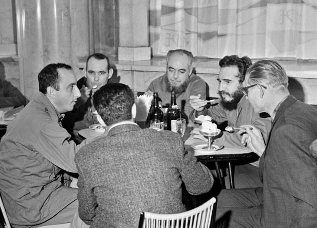 El Primer Ministro de Cuba, Fidel Castro reunido en una cafetería de Moscú durante su visita a la Unión Soviética. Foto: ITAR-TASS.
