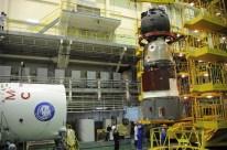 07 de noviembre de 2016: La nave espacial Soyuz MS-03 es acoplada en el segmento de transferencia PkhO para su encapsulamiento dentro el escudo térmico. Foto: S.P. Korolev/RSC Energia.