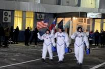 17 de Noviembre de 2016: Los miembros de la Expedición 50 salen del edificio 254 tras pasar las pruebas de verificación en sus trajes intravehiculares Sokol, para abordar la nave espacial Soyuz MS-03. Foto: S.P. Korolev/RSC Energia.