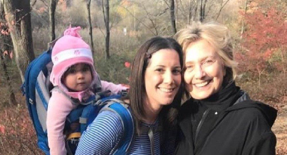 Хиллари Клинтон илк маротаба омма орасида кўриниш берди, архив сурат