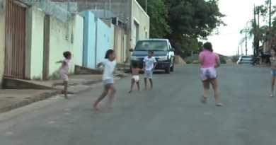 Circulação de veículos em alta velocidade preocupa os moradores do bairro Aeroporto na rua Vicente Alves Moreira