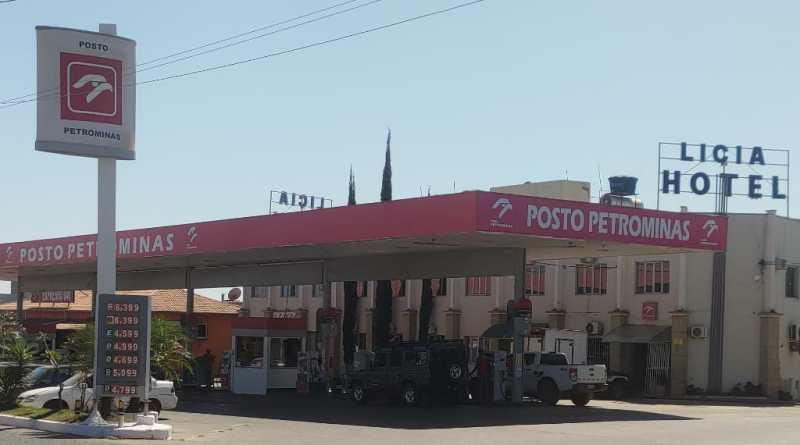 Dupla armada assalta transeunte e posto de combustível em João Pinheiro