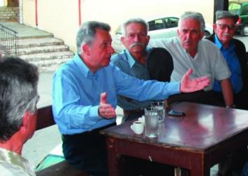 συζήτηση σε καφενείο, με τους συμπολίτες του