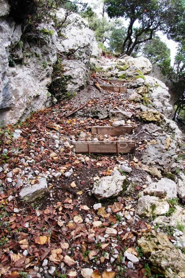 3-Το-μονοπάτι-που-οδηγεί-στο-πλάτωμα-του-σπηλαιώδους-ναού-του-Αγίου-Ιωάννη-του-Χρυσοστόμου