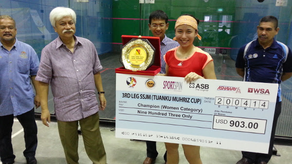A smiling Eun Chan Ahn receives the winner's cheque