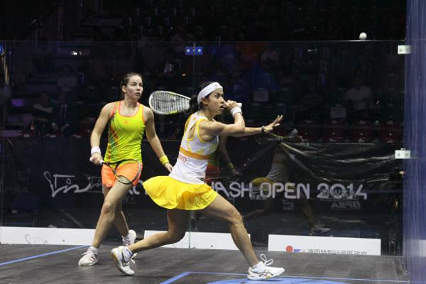 Nicol David in action against Jenny Duncalf in Macau