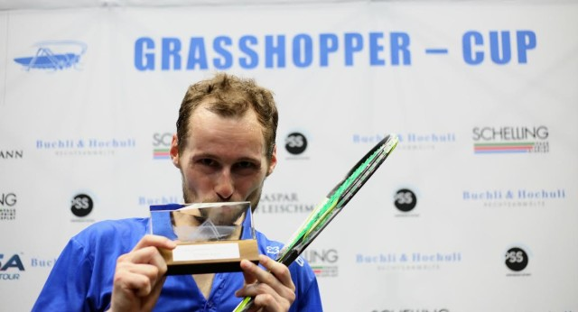 Gregory Gaultier kisses the trophy in Zurich