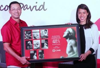 Nicol David receives an award to celebrate her record-breaking run as world No.1