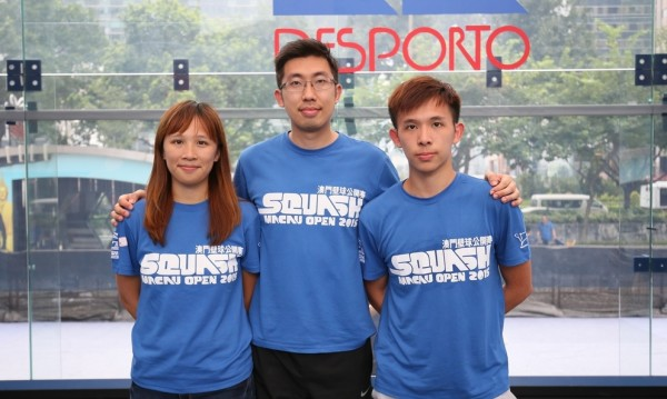 Macau head coach and Championships Director Lim Chee Ming (centre), flanked by top Macau players, siblings Ivy (left) and Steven Liu