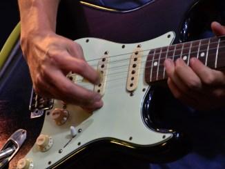 決して派手ではないギターリフから感じるもの