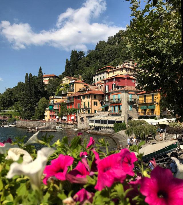 Varenna è un gioiello del lago di Como: il suo lungolago colorato è magnifico