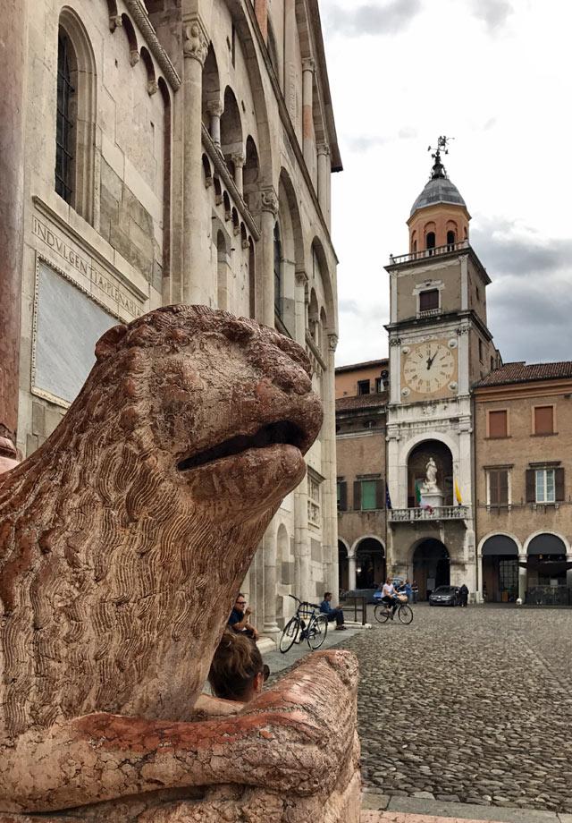 La Cattedrale di Modena ha splendidi leoni stilofori tipici dello stile romanico
