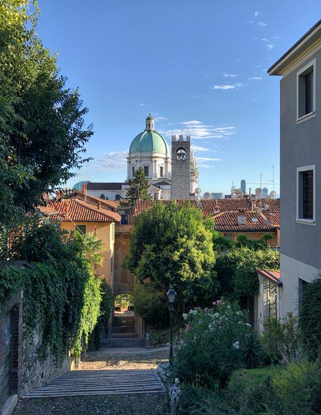 Brescia è una città che può regalare viste bellissime, sia tra le sue piazze sia dall'alto del Castello. Una splendida città da visitare
