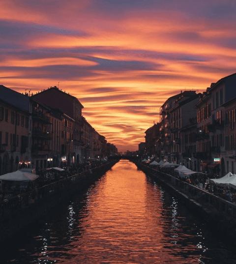 Per chi viene a Milano, la zona dei Navigli coi suoi ponti e bar all'aperto è imperdibile