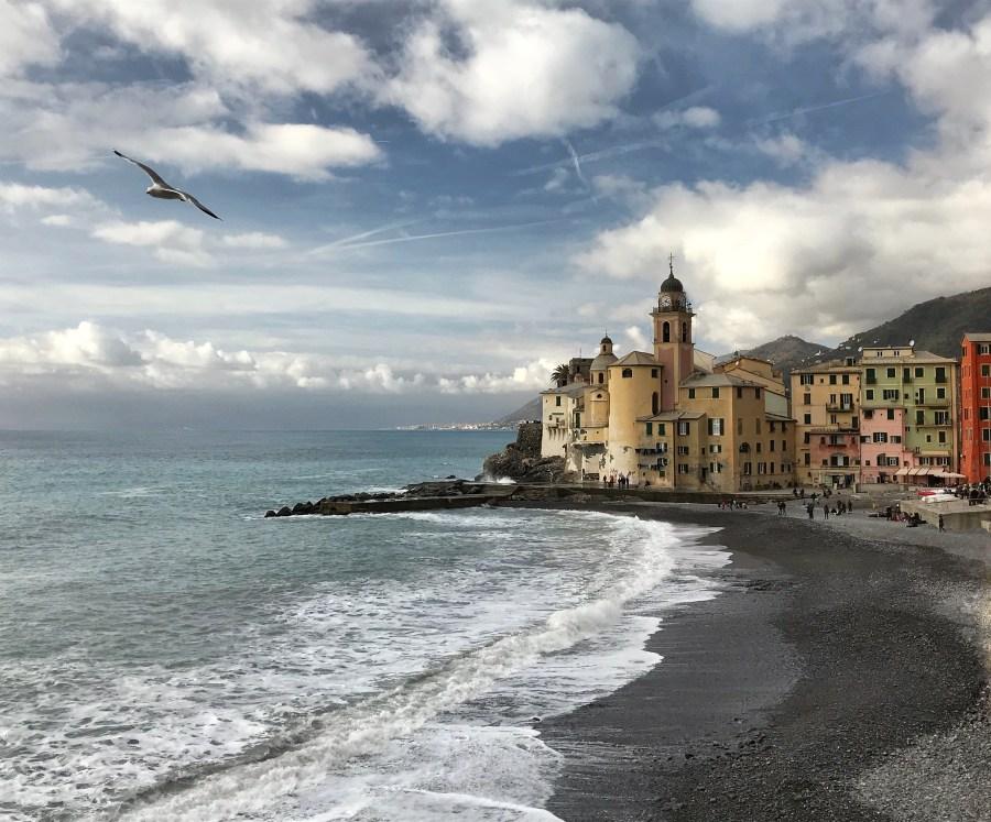 Uno dei posti più belli della Liguria è di certo Camogli, con il suo lungomare ed il profilo inconfondibile